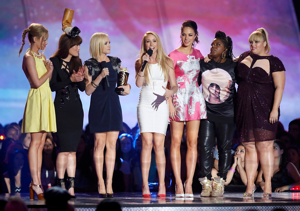 """. Actress Anna Camp (C) accepts the award for best musical moment with fellow cast members from \""""Pitch Perfect\"""" at the 2013 MTV Movie Awards in Culver City, California April 14, 2013.   REUTERS/Danny Moloshok"""