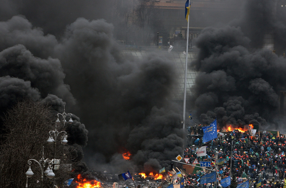 Description of . View of  the Independence square  in Kiev, Ukraine, 20 February 2014. Fresh fighting broke out between thousands of protesters and riot police on Kiev's Independence Square only hours after opposition leaders and President Viktor Yanukovych declared a truce. Protesters were seen throwing firebombs and molotov cocktails at police, who responded with teargas. The square was filled with black smoke from burning tyres.  EPA/IGOR KOVALENKO