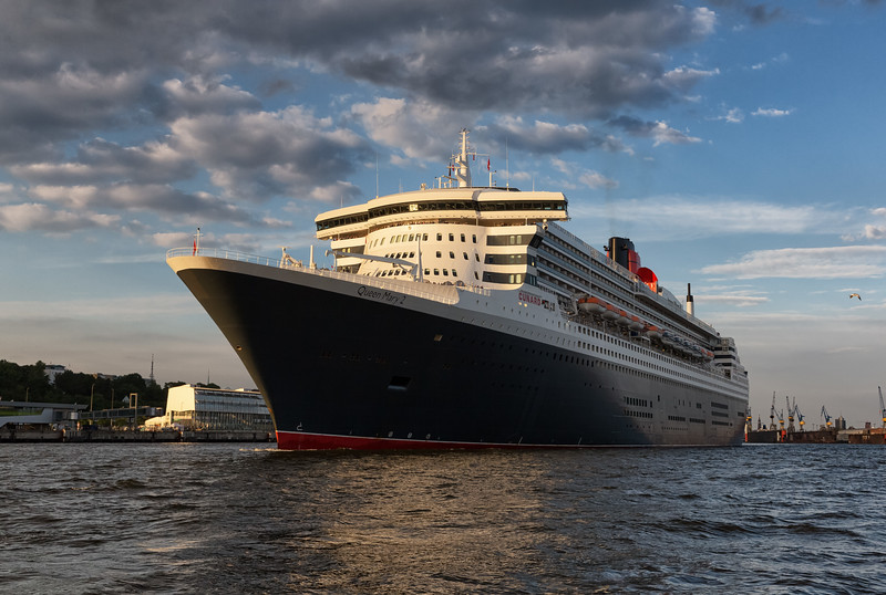 Queen Mary 2 verlässt den Hamburger Hafen