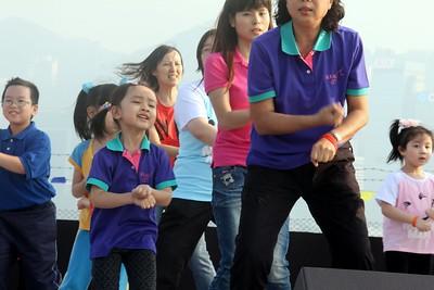 2013-11-16-萬人讚美操國際組 -- 親子(兒童組)