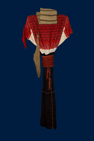 Costume traditionnel  de SAN  ANDRES de LARRAINZA.Femme, costume du quotidien à jupe longue simple, huipil brodé, jupe avec ceinture brodée   -  sac en sisal