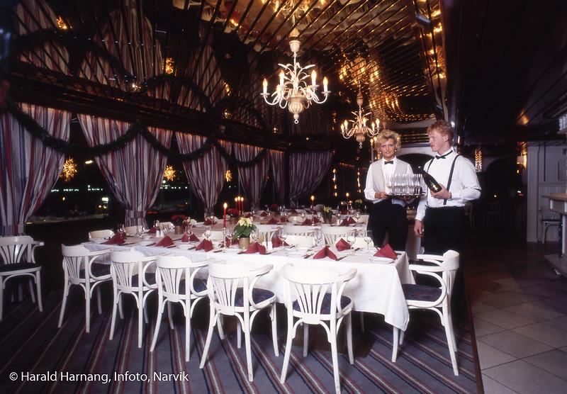 Servitører og dekket bord på Malmen
