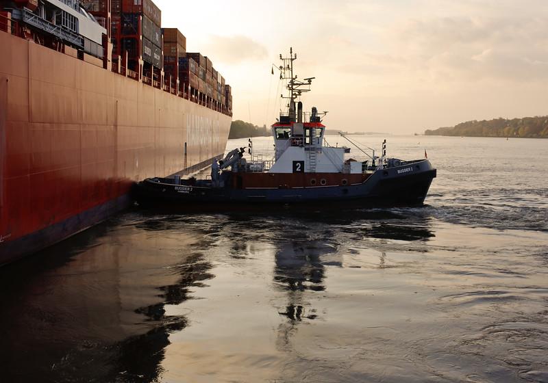 Schlepper BUGSIER 2 drückt Hamburg Süd Schiff beim Drehen auf der Elbe in Hamburg