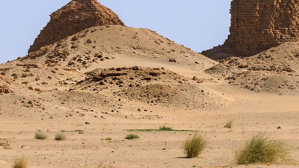 Vorn in der Mitte: Die Reste der Pyramide Nuri 22 der kuschitischen Königin Amanimalil (Amanimalel, ca. 620 v.Chr.), Nuri, Sudan