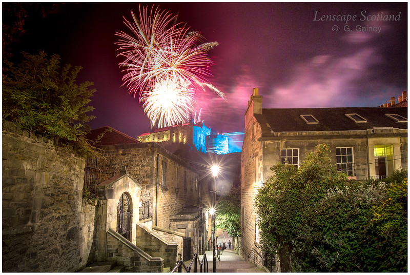 Fireworks over Edinburgh Castle from the Vennel (5)