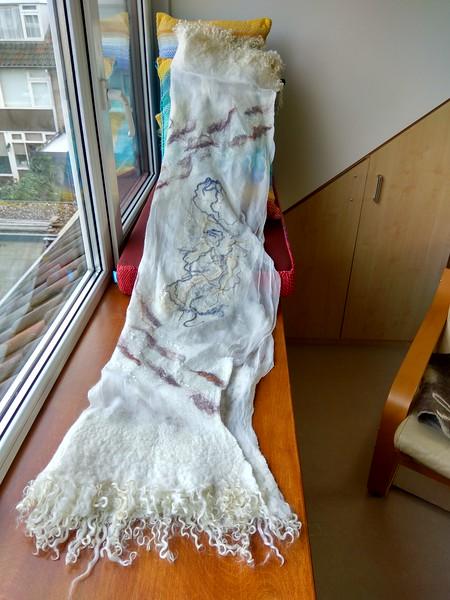Door de flinke breedte draagt de doek het makkelijkst als hij in tweeën gevouwen is, met aan beide kanten een net iets ander effect.