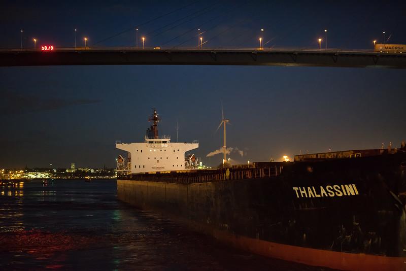 Massengutfrachter im Köhlbrand unter der Köhlbrandbrücke in Hamburg am Abend