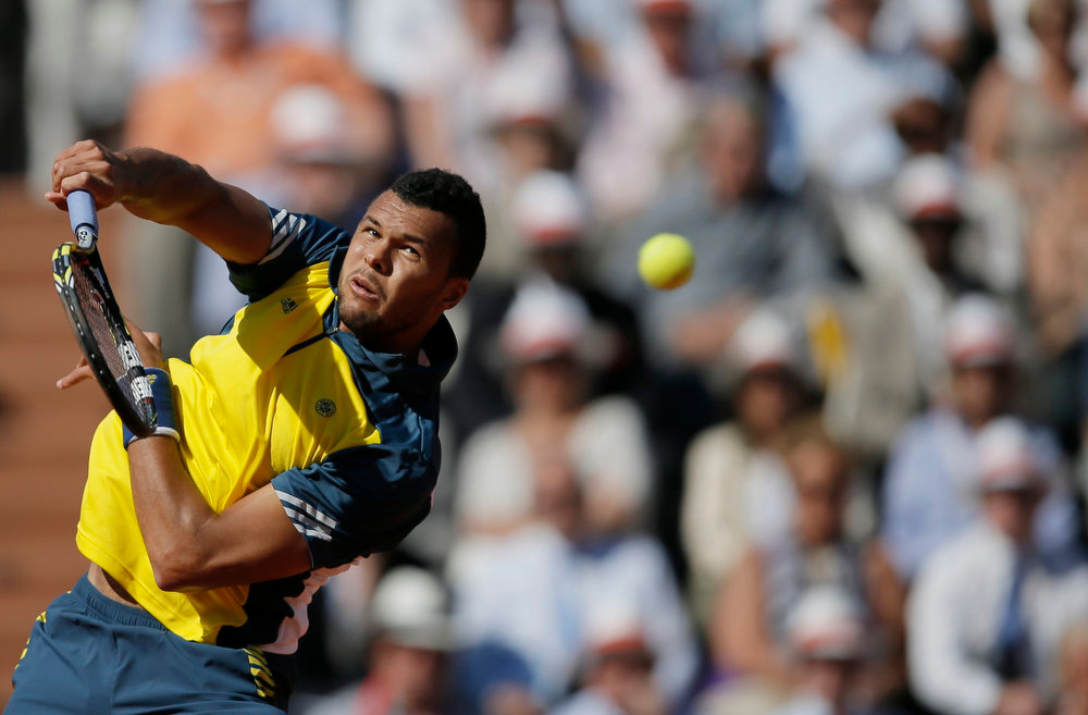 . France\'s Jo-Wilfried Tsonga returns the ball to Switzerland\'s Roger Federer during their quarterfinal match of the French Open tennis tournament at the Roland Garros stadium Tuesday, June 4, 2013 in Paris. (AP Photo/Petr David Josek)