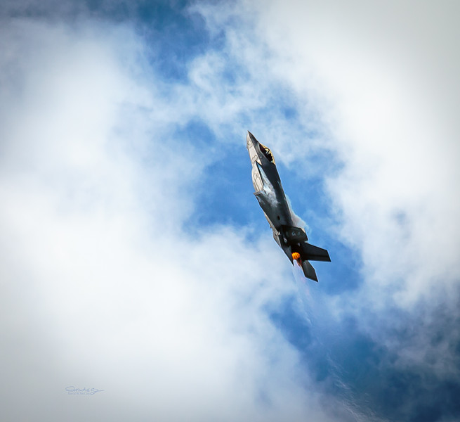 F35 Fighter Jet Going Vertical