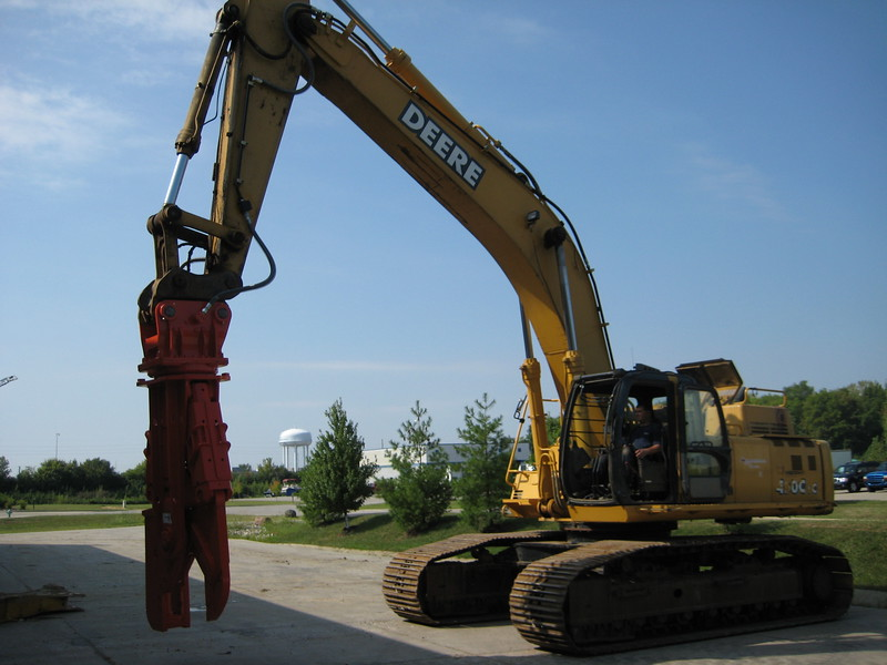 NPK M38K demolition shear on Deere excavator (2).jpg