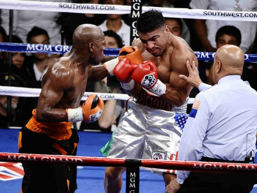 . (in orange/black/trunks) Floyd Mayweather Jr. goes 4 rounds with Victor Ortiz as Floyd caught Victor off guard and TKO\'s him in the 4th round to take the WBC welterweight title Saturday night at the MGM grand hotel in Las Vegas NV. Sept 17,2011. Photo by Gene Blevins/LA Daily News