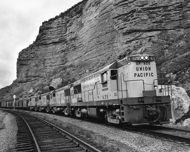 up-628_U25B-set_with-train_echo-canyon_uprr-photo.jpg