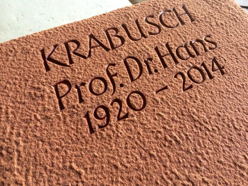 Inschrift vertieft gehauen in gestockter Oberfläche