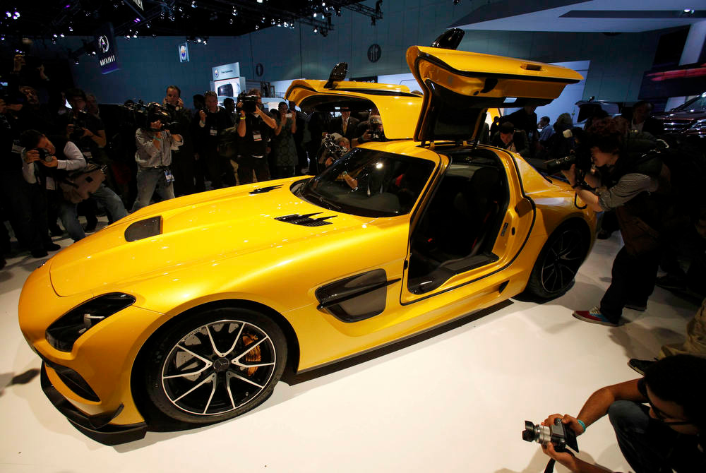 Description of . Photographers take pictures of the 2013 Mercedes-Benz SLS AMG gull wing at the 2012 Los Angeles Auto Show in Los Angeles, California November 28, 2012.   REUTERS/Mario Anzuoni