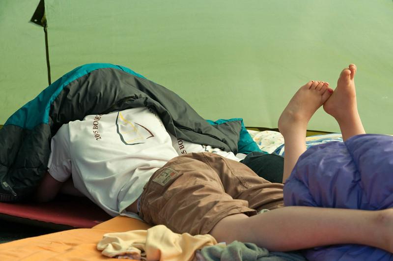 Oskar und Richard spielen mit Ihren PSPs im Zelt unterm Schlafsack. Man beachte Richards rot lackierte Fußnägel. Hat Tante Mechtild ihm gemacht.