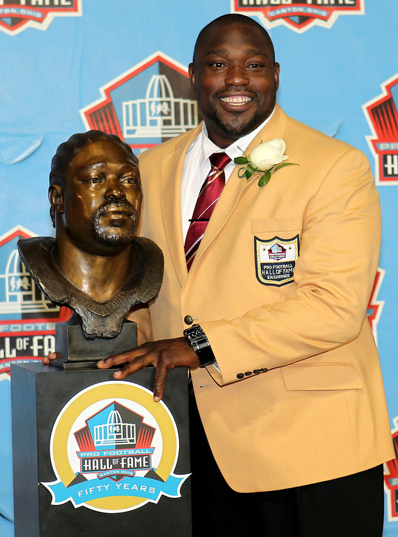 . New inductee Warren Sapp poses with his bust after being inducted into the NFL Pro Football Hall of Fame in Canton, Ohio August 3, 2013. REUTERS/Aaron Josefczyk