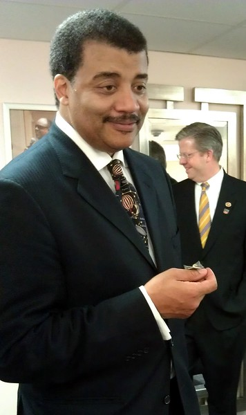 @AgilistaAG presents Neil deGrasse Tyson (@neiltyson) with a limited-edition pin, designed by @susanbellfilm to commemorate the Mars Science Laboratory NASA Socials