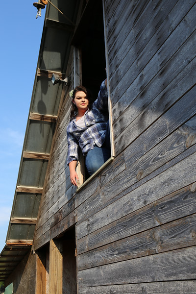KatieHowardSeniorPhoto-barn2.jpg