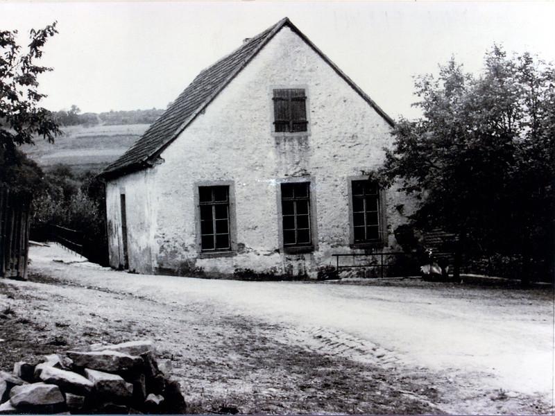 Altes Schulhaus in Berschweiler, erbaut 1826, abgerissen 1930..jpg
