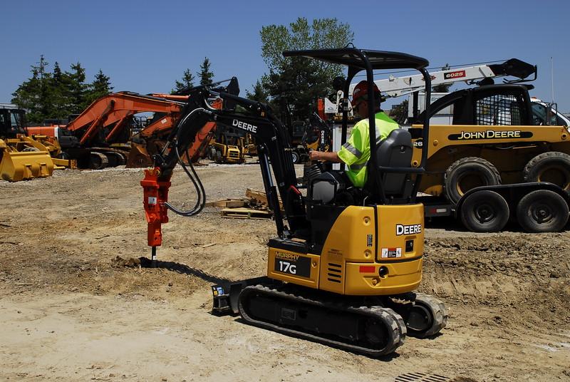 NPK PH07 hydraulic hammer on Deere mini excavator (29).JPG
