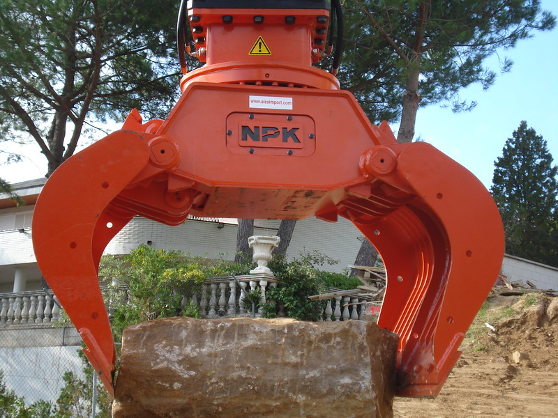 NPK DG-20 demolition grab on Cat excavator transporting oversize rocks - JOAN CASTELLÁ (3).jpg