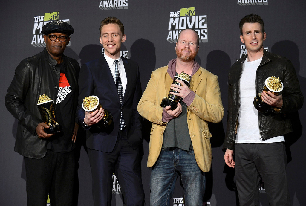 """. Director Joss Whedon (2nd from R) and cast members Samuel L. Jackson (L), Tom Hiddleston and Chris Evans (R) pose with their awards for movie of the year for \""""The Avengers\"""" backstage at the 2013 MTV Movie Awards in Culver City, California April 14, 2013.   REUTERS/Phil McCarten"""