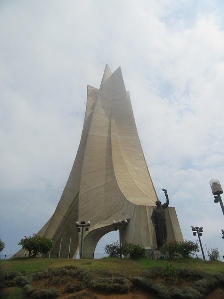 020_Alger. Le Monument aux Morts. Musée National du Moudjahid. Guerre D'afrique 1954-62, 1,5 millions d'Algérien périrent.JPG