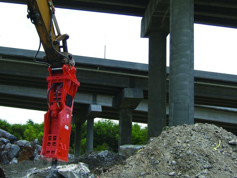 NPK GH23 hydraulic hammer on excavator (2).jpg