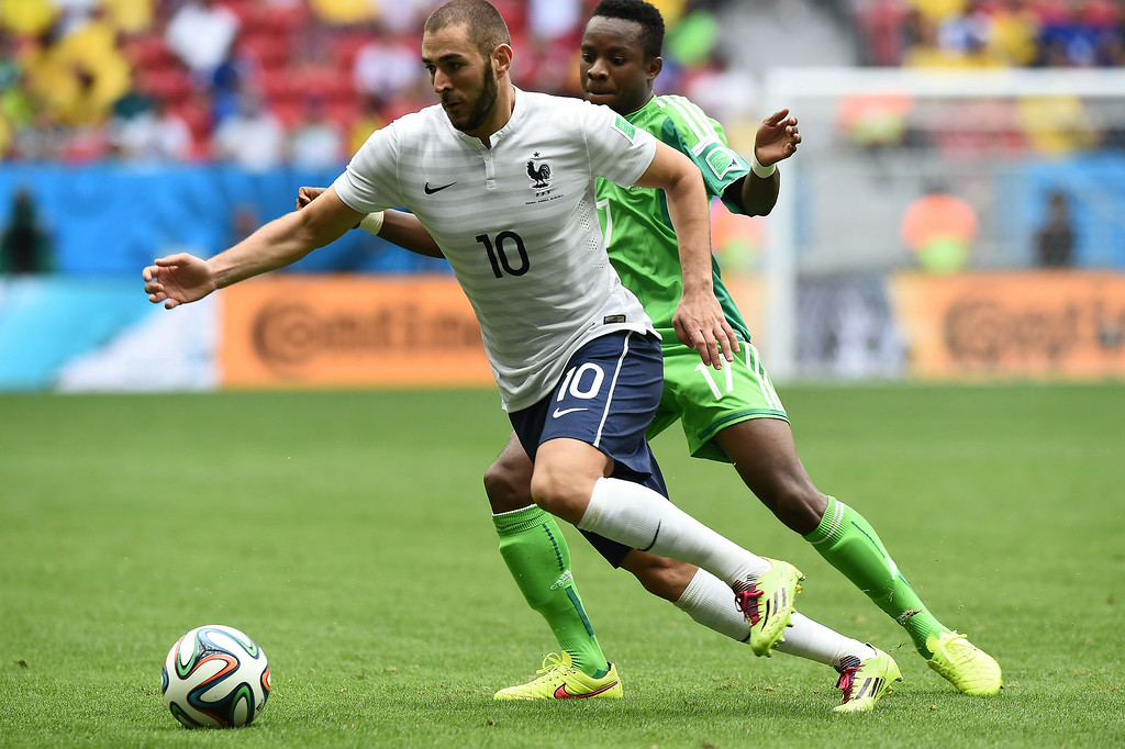 . Nigeria\'s midfielder Ogenyi Onazi (R) challenges France\'s forward Karim Benzema during the round of 16 football match between France and Nigeria at the Mane Garrincha National Stadium in Brasilia during the 2014 FIFA World Cup on June 30, 2014.   JEWEL SAMAD/AFP/Getty Images