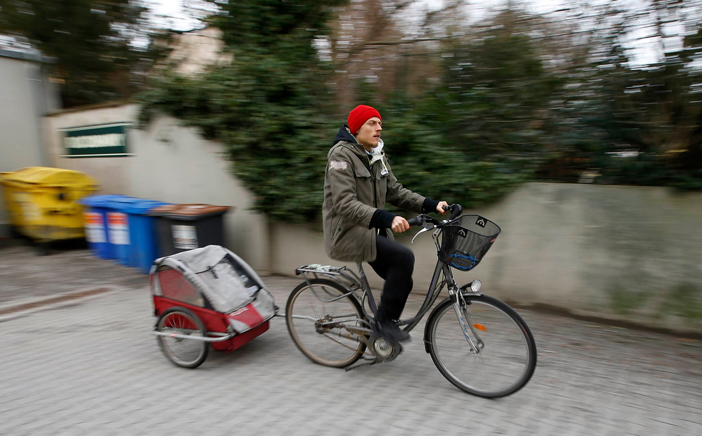 . Raphael Fellmer, a supporter of the foodsharing movement leaves on his bicycle the parking lot of an organic supermarket after he checked waste bins for food in Berlin, January 31, 2013. Foodsharing is a German internet based platform where individuals, retailers or producers have the possibility of offering surplus food to consumers for free. Picture taken January 31.   REUTERS/Fabrizio Bensch