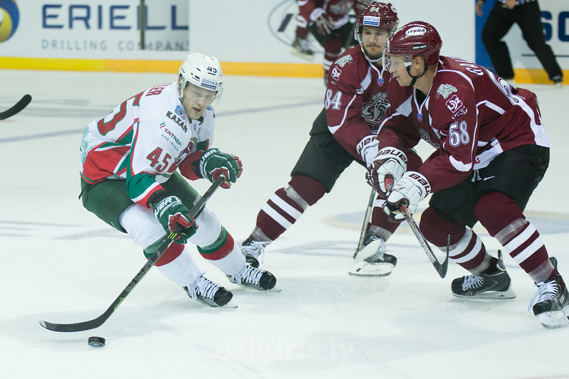 Guntis Galvins (58) and Tomas Kundratek (84) of Dinamo Riga tries to stop Oscar Moller (45)