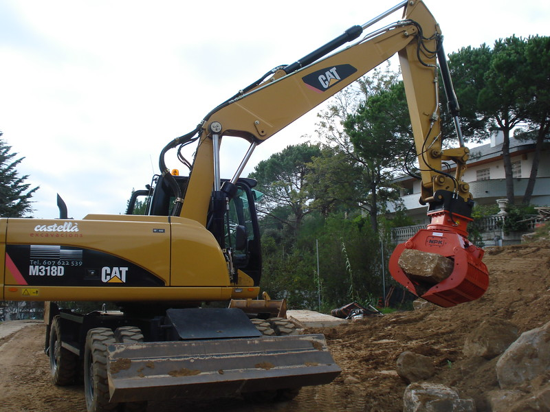 NPK DG-20 demolition grab on Cat excavator transporting oversize rocks - JOAN CASTELLÁ (2).jpg