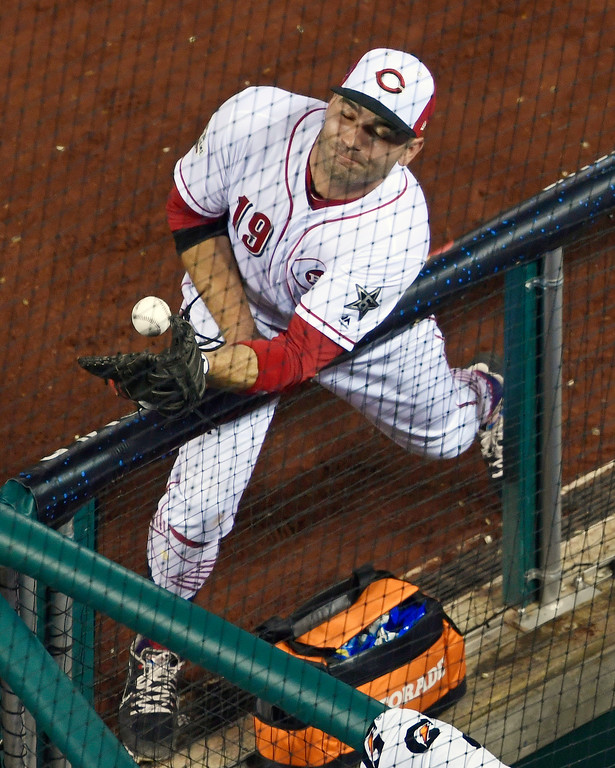 . Cincinnati Reds first baseman Joey Votto (19) first baseman bobbles a foul ball during the eighth inning of the Major League Baseball All-star Game, Tuesday, July 17, 2018 in Washington. (AP Photo/Susan Walsh)