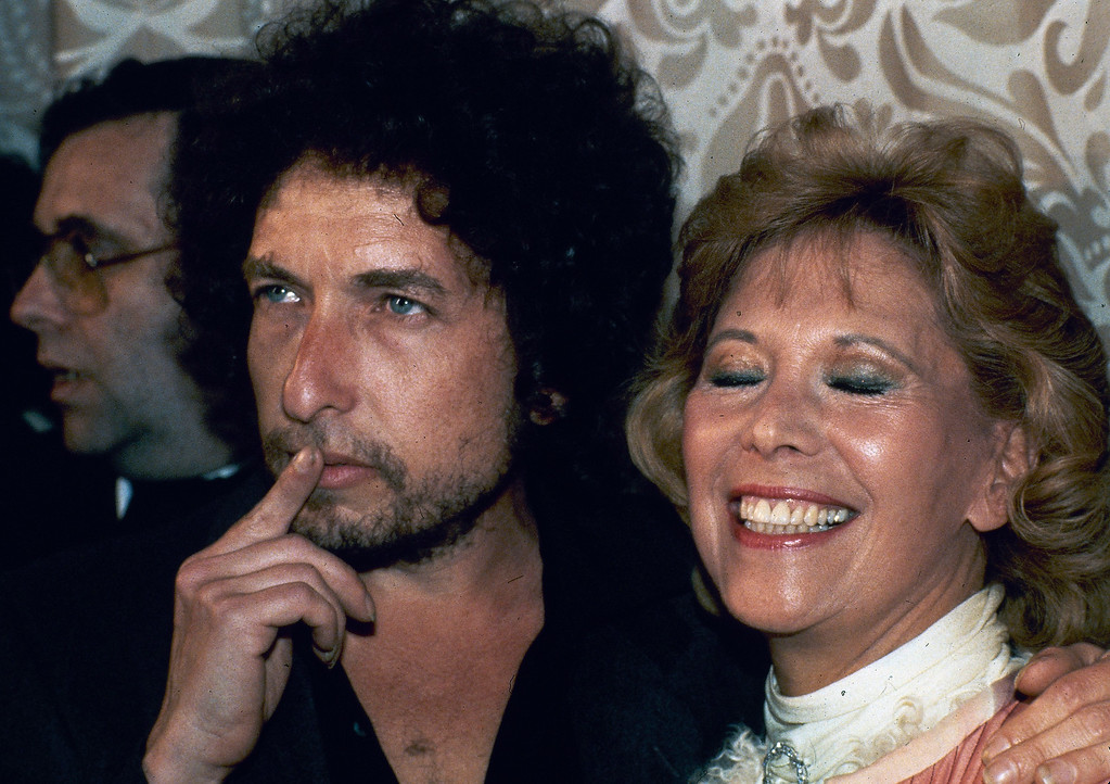 . Singer-songwriter Bob Dylan, left, is shown with singer Dinah Shore, March 15, 1982, in New York.  (AP Photo/Ron Frehm)