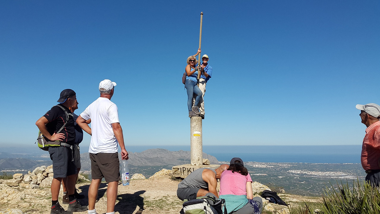 Lupita receiving her club badge from Vic on the Castell de Aixa summit post