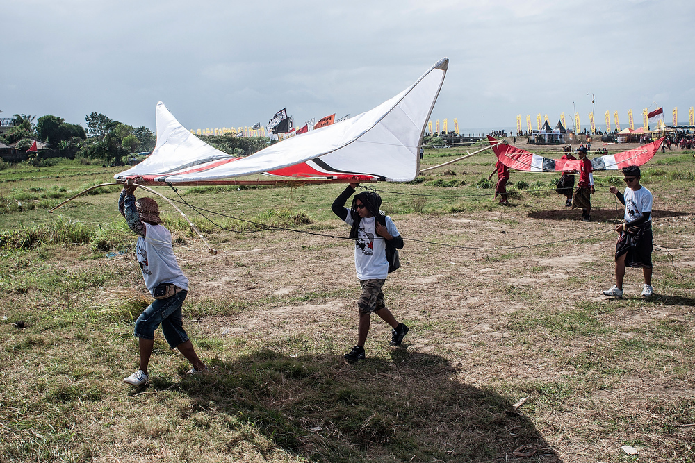 . Participants prepare to fly traditional kites during the Bali Kite Festival on July 26, 2013 in Denpasar, Bali, Indonesia. The event is a seasonal religious festival, which is intended to send a message to Hindu Gods to create abundant harvests and crops. Aproximately 1121 traditional kites are flown during the three day annual Festival.  (Photo by Putu Sayoga/Getty Images)