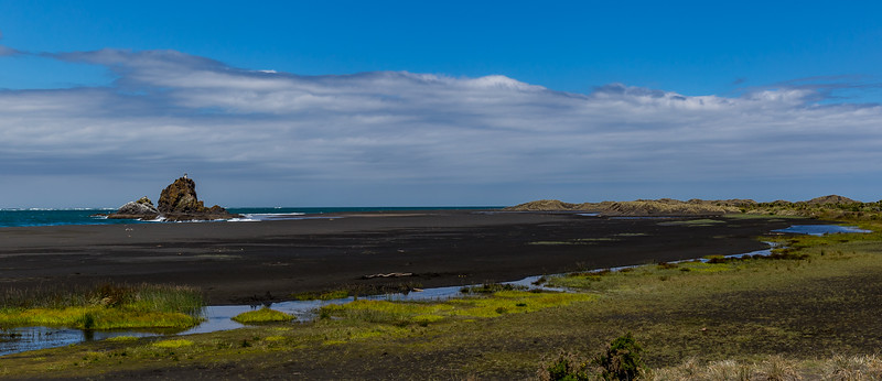 Schwarzer Sand an der Whatipu Beach