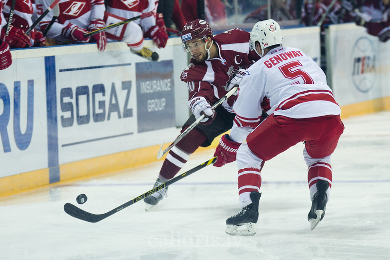 Charles Genoway (5) tries to block the shot of Lauris Darzins (10) of Dinamo Riga