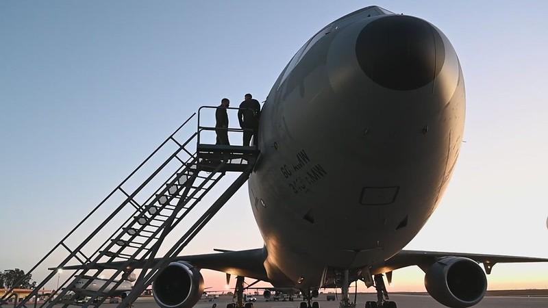 KC-10 Extender refuels Thunderbirds