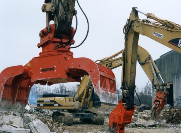 NPK DG30 demolition grab on Cat excavator.jpg