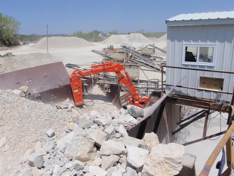 NPK B040 pedestal boom system with GH4 hydraulic hammer-concrete recycling (1).JPG