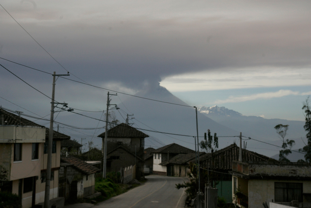 . Ecuador\'s Tungurahua volcano spews large clouds of gas and ash near Banos, south of Quito, December 16, 2012. REUTERS/Carlos Campana