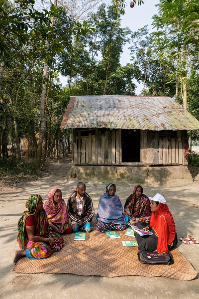 0142-0160Nasreen Begum (30) a village housewife and a Community volunteer conducting Birth Planning Session in front of the Courtyard.Choto Chatra Village, Dakua Union Golachepa, Potuakhali. Bangladesh.Photo Credit: b.a.sujaN / Map / WRA