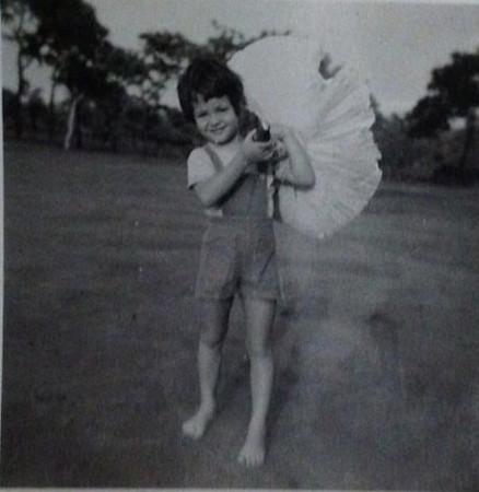 Lena Norberto Guimaraes com cogumelo gigante