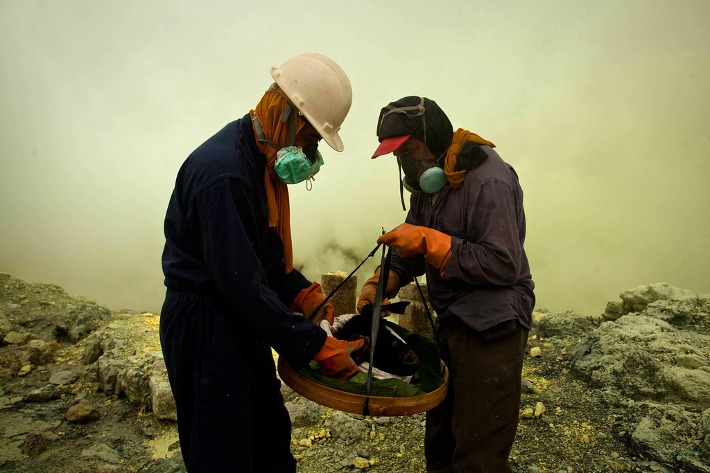 . Miners carry a goats head for burial in the crater as part of an annual offering ceremony on the Ijen volcano on December 17, 2013 in Yogyakarta, Indonesia.(Photo by Ulet Ifansasti/Getty Images)