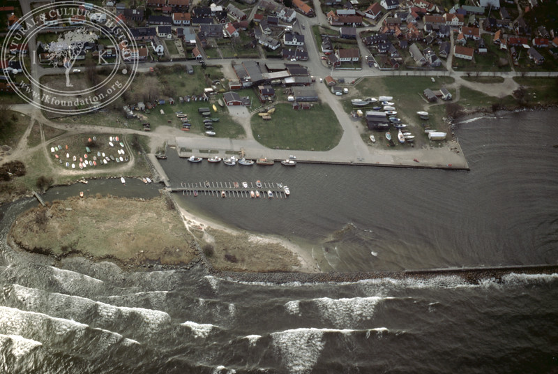 Kivik, harbour with old harbour constructions (Hölen and Kared) (2 April, 1989). | LH.0499