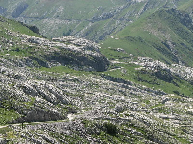 Zoek de motorfiets. In de verte zie je de passage met overhangende rotsen; voorbij Col des Seigneurs