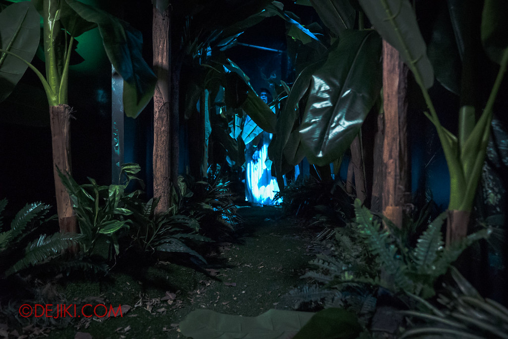 USS Halloween Horror Nights 8 – Pontianak haunted house – Banana plantation scares Pontianak hiding far ahead