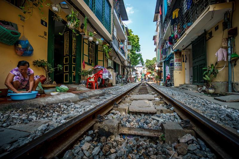 Striking life scene around the railway line running through Phùng Hưng.
