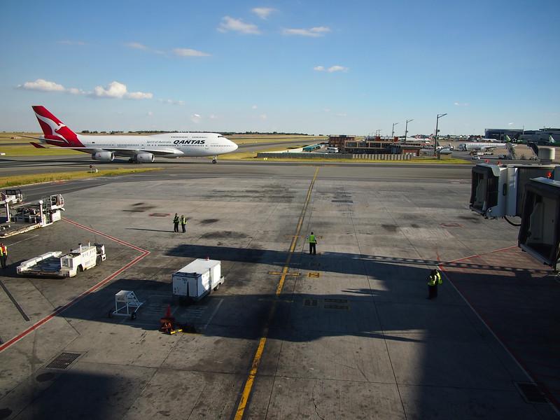 P3291304-qantas-arriving.JPG